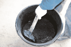 emulsie en granulaat mengen met schep