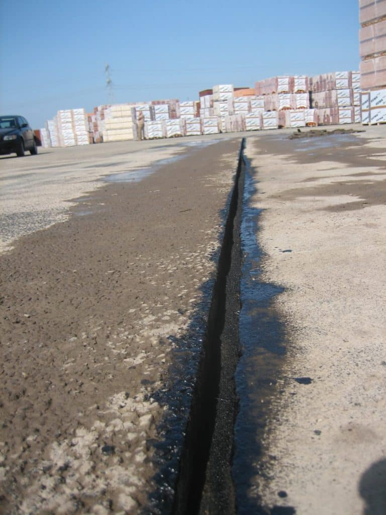Zaagsneden in asfalt laag